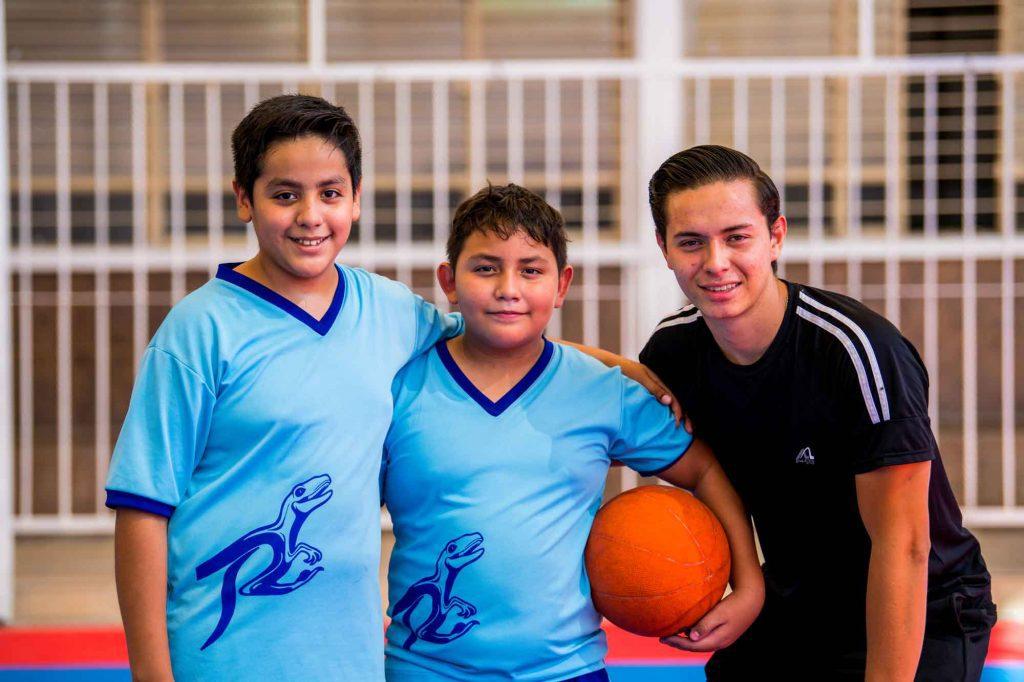 escuela en torreon estudiantes de colegio imes jugando basquetbol en torreon coahuila mexico